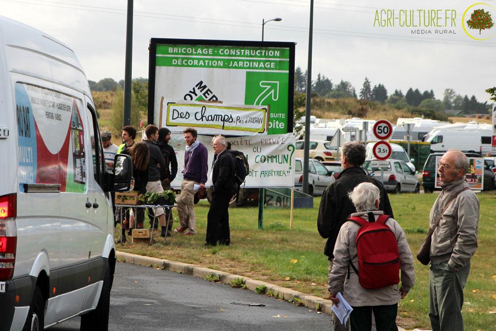 Les occupants de la ferme des bouillons affichent leur d termination agri culture - Leroy merlin la defense ...