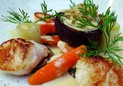 Noix de saint-jacques à la normande et légumes de saison